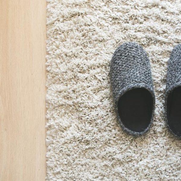 chaussons gris à l'entrée de la maison